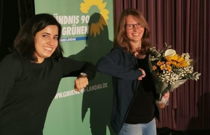 Misbah Khan, Landesvorsitzende der GRÜNEN, gratuliert Lea Heidbreder zur Wahl